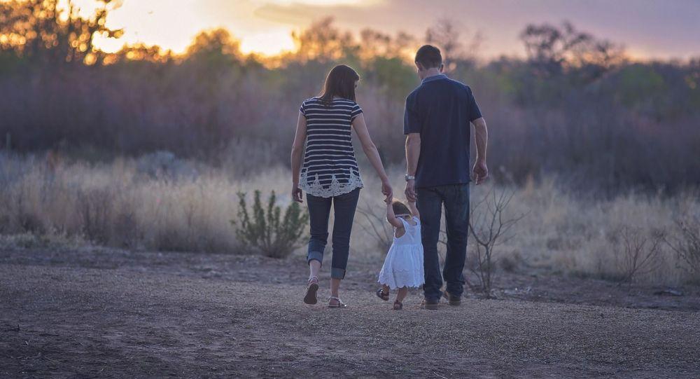 Семья гуляют по парку. Архивное фото