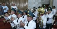 Оркестр играет гимн Кыргызстана на последнем заседании Жогорку Кенеша