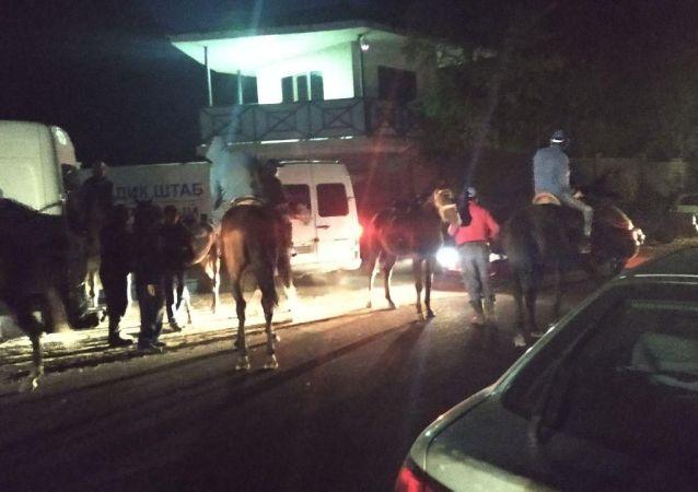 Всадники около дома бывшего президента КР Алмазбека Атамбаева в селе Кой-Таш