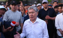 Бывший президент КР Алмазбек Атамбаев отвечает на вопросы журналистов на территории своего дома в селе Кой-Таш. Архивное фото