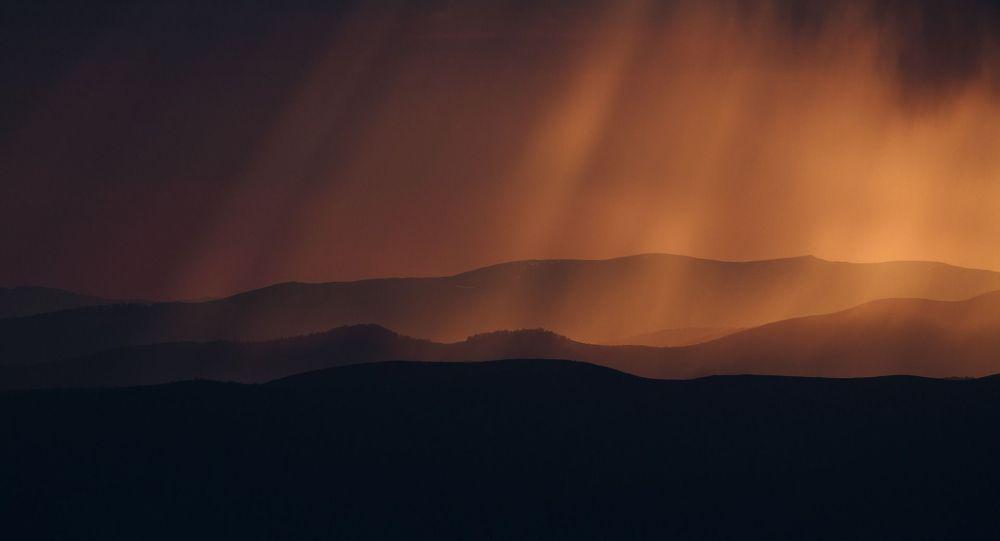 Дождь в горах на закате дня. Архивное фото