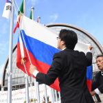 Вывешивание флага РФ у международного выставочного центра Intex Osaka перед открытием саммита