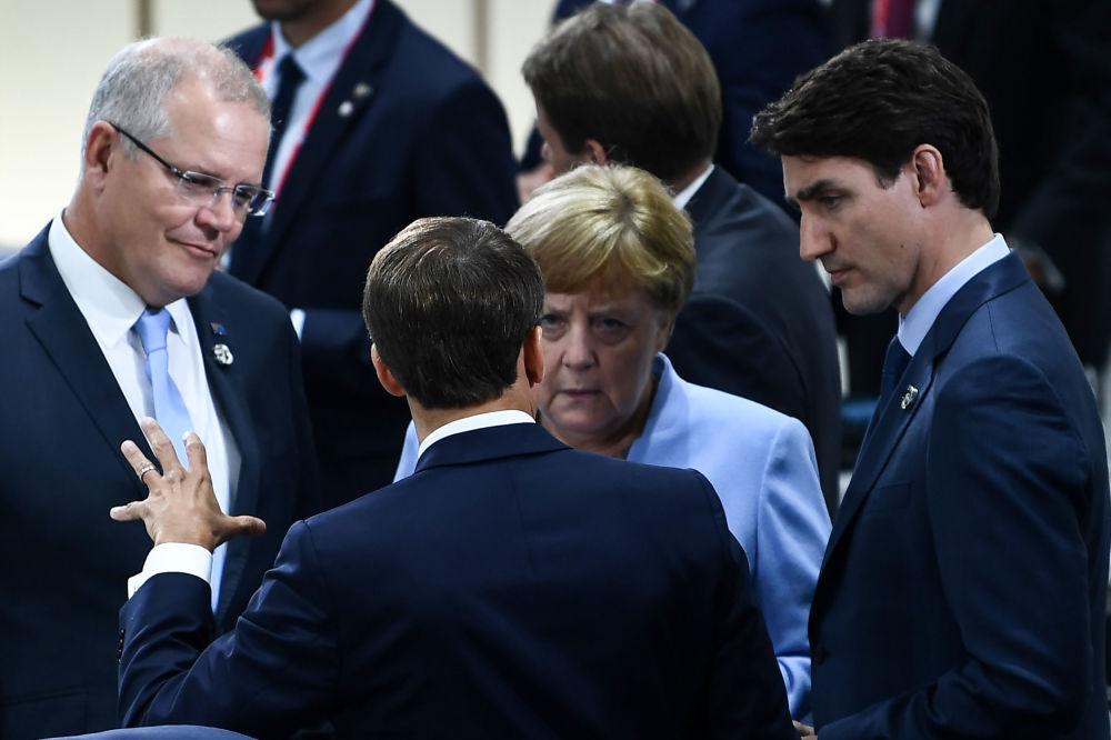 Французский президент Эммануэль Макрон беседует с премьер-министром Австралии Скоттом Моррисоном, канцлером Германии Ангелой Меркель и главой правительства Канады Джастином Трюдо