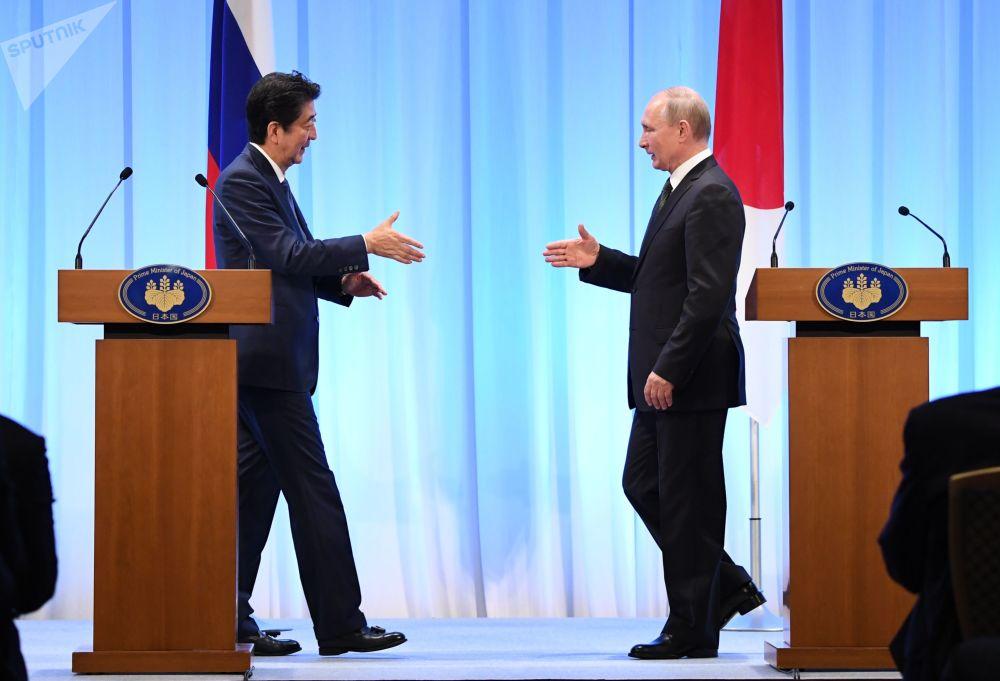 Владимир Путин и Синдзо Абэ на совместной пресс-конференции по итогам встречи в Осаке