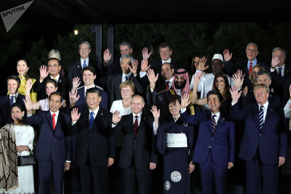 Совместное фотографирование глав делегаций с супругами
