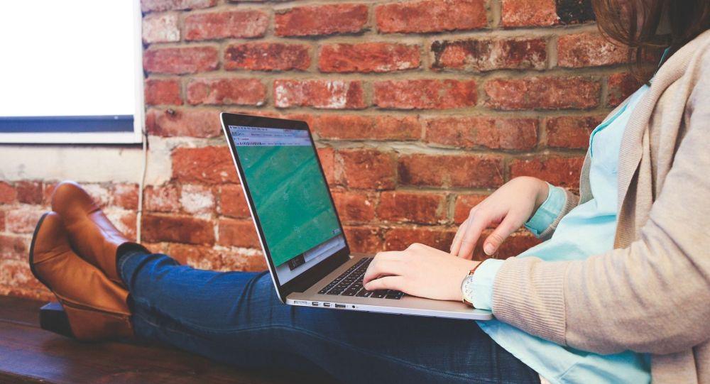 Девушка за работой на ноутбуке. Архивное фото