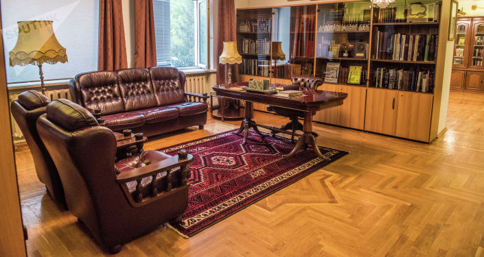 Вид на домашнее убранство в доме-музее народного писателя Чингиза Айтматова в Бишкеке