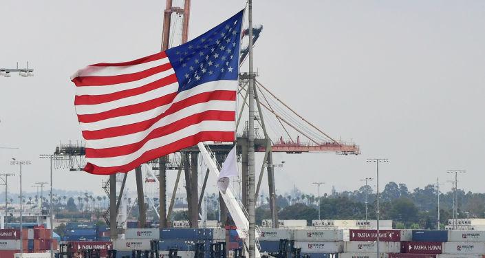 Флаг США в порту. Архивное фото