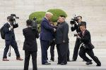 Президент США Дональд Трамп встречается с северокорейским лидером Ким Чен Ыном в демилитаризованной зоне, разделяющей две Кореи, в Панмунжоме. Южная Корея, 30 июня 2019 года
