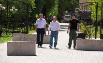 Член политсовета СДПК Фарид Ниязов и экс-президент КР Алмазбек Атамбаев и телохранитель Атамбаева Канат Сагымбаев. Архивное фото