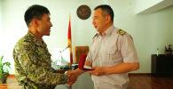Начальник Генерального штаба Вооруженных сил КР генерал-майор Райимберди Дуйшенбиев наградил гвардейца, который пробежал вокруг озера Иссык-Куль за двое суток