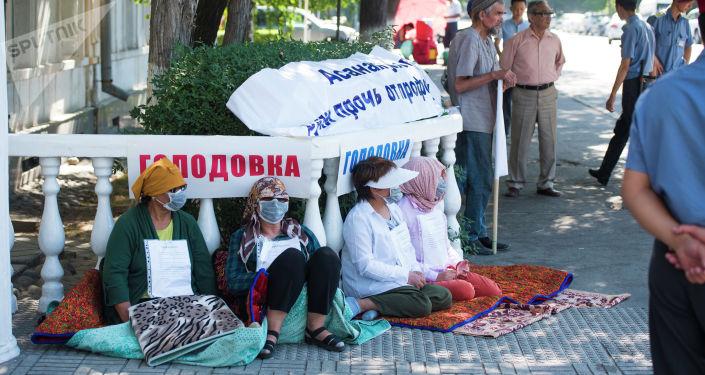 В Бишкеке возле Верховного суда митингующие накануне начали сухую голодовку против действующего главы Совета федерации профсоюзов КР
