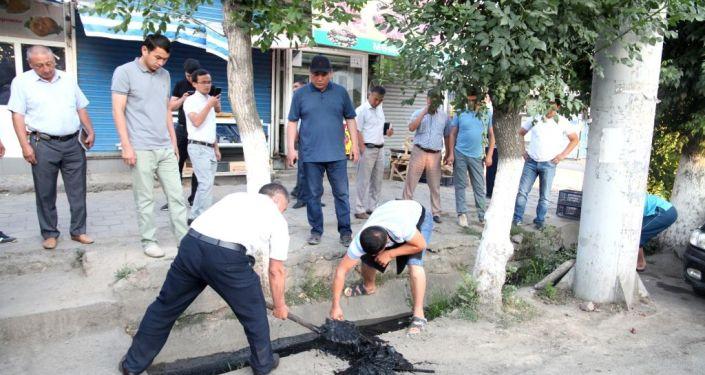 Мэр Оша Таалайбек Сарыбашов провел утреннюю пешую проверку состояния улицы Курманжан-Датка