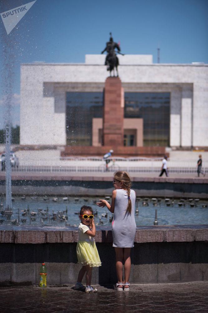 Девочки играют у фонтанов на площади Ала-Тоо в Бишкеке