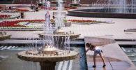 Девочка у фонтанов на площади Ала-Тоо в Бишкеке. Архивное фото