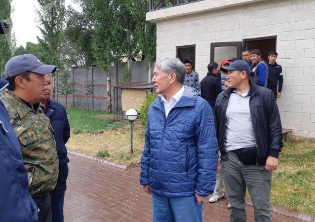 Бывший президент КР Алмазбек Атамбаев около своего дома в селе Кой-Таш