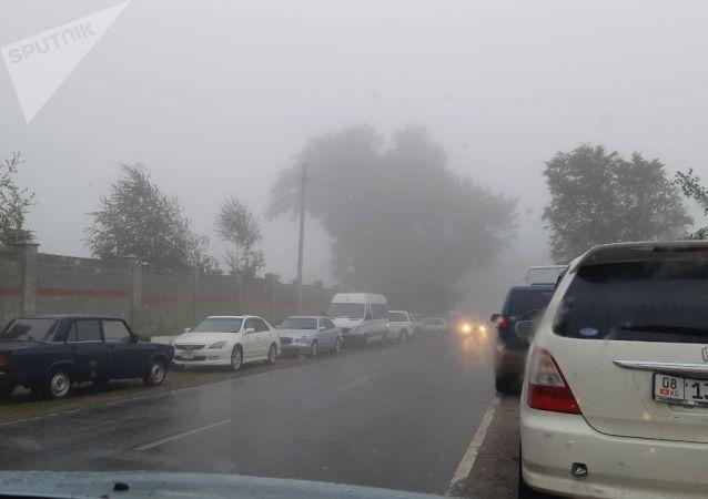 Сильный туман в селе Кой-Таш Чуйской области, около дома бывшего президента КР Алмазбека Атамбаева