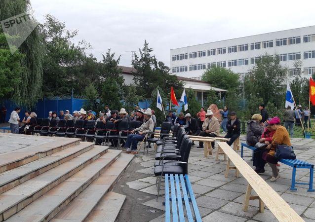 Люди около здания Медиафорума на улице 7 Апреля в Бишкеке, где планируется митинг торонников бывшего президента Алмазбека Атамбаева