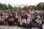 Участники митинга сторонников бывшего президента Алмазбека Атамбаева около здания Медиафорума на улице 7 Апреля в Бишкеке