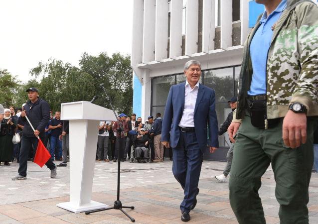 Бывший президент КР Алмазбек Атамбаев на митинге против нынешней власти около здания Медиафорума в Бишкеке