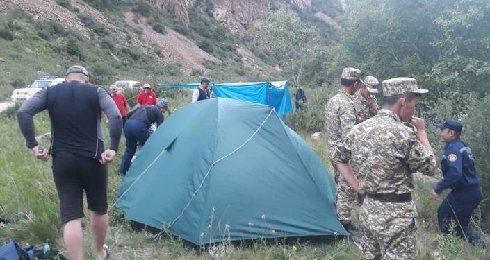 Сотрудники МЧС во время поисковых работ трех человек, упавших в автомобиле в реку Кокомерен