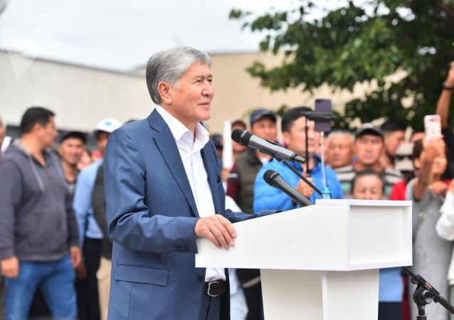 Бывший президент КР Алмазбек Атамбаев выступает на митинге против нынешней власти около Медиафорума в Бишкеке