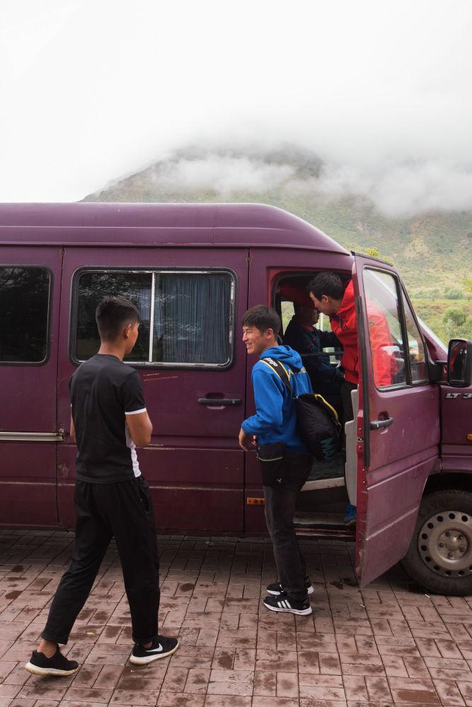 Мурдагы президентти колдогондор Кой-Таш айылынан микроавтобустар менен Форумду көздөй жөнөштү...
