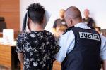 Один из обвиняемых в групповом изнасиловании 18-летней девушки в зале суда во Фрайбурге, Германия. 26 июня 2019