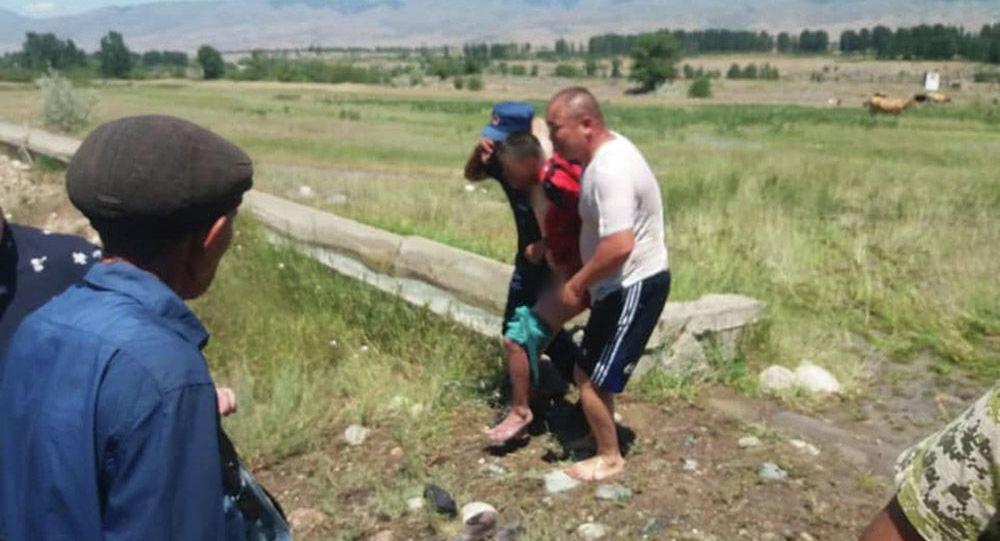 В Кеминском районе Чуйской области спасли мужчину, которого чуть не унесло быстрым течением