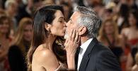 Актер и режиссер Джордж Клуни целует свою жену Амаль на торжественной церемонии вручения награды AFI Life Achievement Award в Лос-Анджелесе