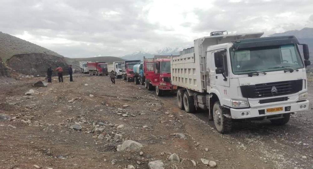 Грузовые автомобили перекрыли дорогу Ош — Чон-Алай, в знак протеста деятельности золотодобывающей компании Кайди ТИК
