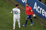 Игроки футбольных сборных Аргентины и Чили Лионель Месси и Гари Медель устроили потасовку во время матча Кубка Америки в Сан-Паулу, Бразилия. - 6 июля 2019 года