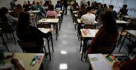 Школьники во время экзамена. Архивное фото