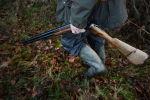Охотник с ружьем идет в лесу. Архивное фото