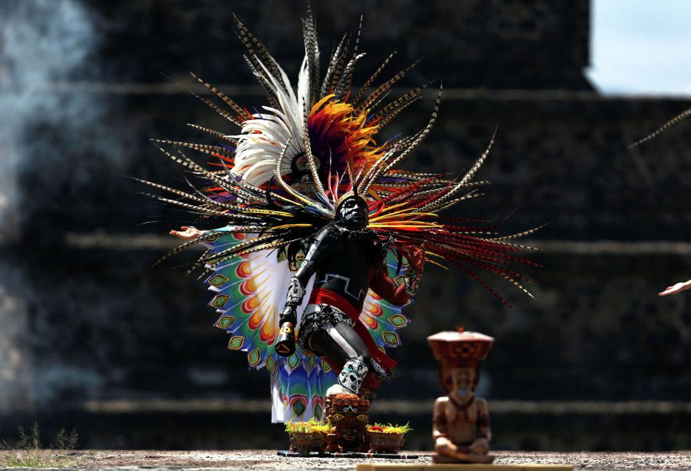 Исполнитель во время церемонии зажжения огня для Панамериканских игр 2019 года в Теотиуакане. Мексика, 2 июля 2019 год