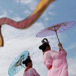 Женщины держат зонтики во время празднования Дня независимости в Вашингтоне. США, 4 июля 2019 года