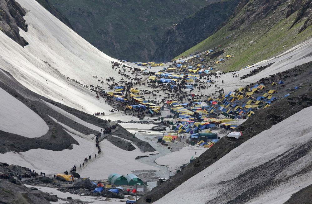 Лагерь индуистов, прибывших совершить поклонение Священной пещере Шивы Амарнатх на юго-востоке от города Сринагар