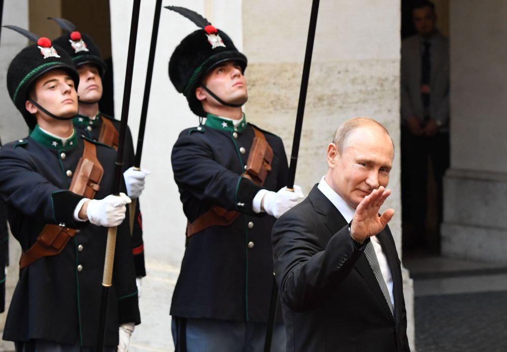 Президент РФ Владимир Путин на церемонии официальной встречи председателем Совета министров Италии Джузеппе Конте у дворца Киджи в Риме