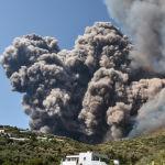 Дымовые потоки и пламя распространяются по домам на склоне холма после извержения вулкана Стромболи на острове Стромболи, к северу от Сицилии. 3 июля 2019 года