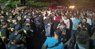 Участники стихийного митинга у телеканала Рустави 2, ведущий которого оскорбил президента РФ Владимира Путина. Архивное фото