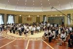 Выпускники на церемонии вручения золотых сертификатов 2019 года президентом КР Сооронбаем Жээнбековым. 8 июля