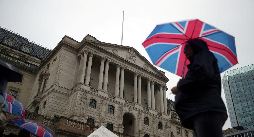 Пешеходные укрытия под зонтиком Великобритании перед Банком Англии, в Лондоне. Великобритания, 16 августа 2018 года