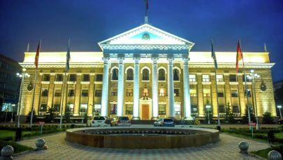 Вид на фасад мэрии города Бишкек вечером. Архивное фото