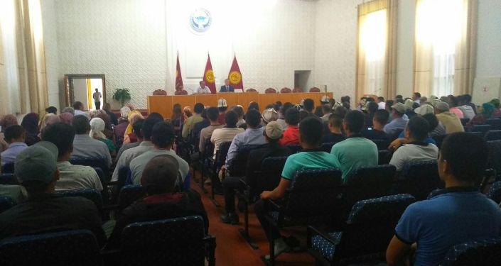 Жители села Достук Баткенской области вышли на акцию протеста с требованием освободить односельчанина Газыбека Мейлибаева, задержанного правоохранительными органами Таджикистана