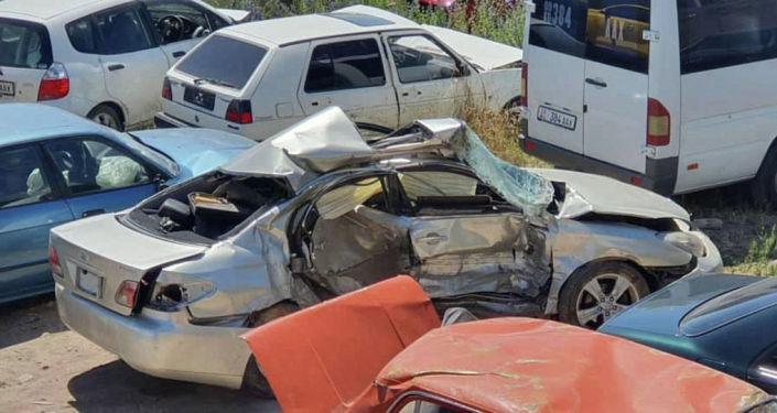 Редакции Sputnik Кыргызстан на условиях анонимности предоставили снимки разбитых в ДТП Lexus и внедорожника BMW со стоянки в Чолпон-Ате