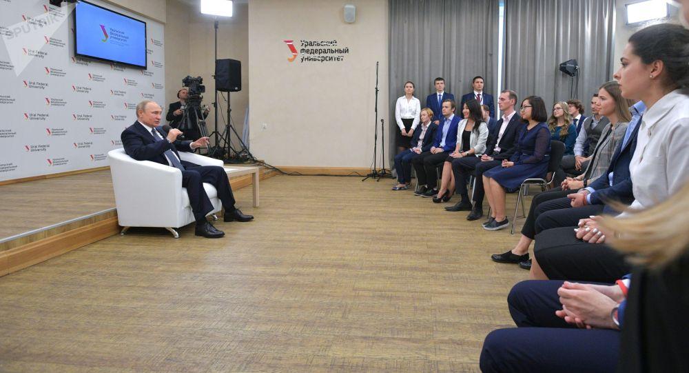 Президент РФ Владимир Путин на встрече со студентами и аспирантами во время посещения Уральского федерального университета (УрФУ) имени Б.Н.Ельцина в Екатеринбурге.