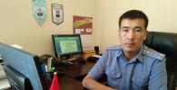 Начальник следственной службы ОВД Иссык-Кульского района Жаныбек Мырзабаев в рабочем кабинете