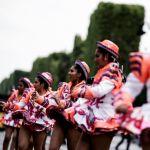 В нем принимают участие несколько тысяч танцоров и музыкантов