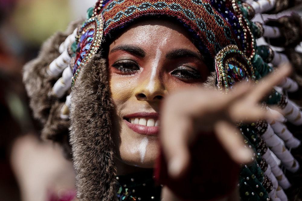 Среди участниц карнавала много красивых девушек