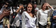 Двое из предполагаемых жертв миллиардера Джеффри Эпштейна Мишель Ликата (слева) и Кортни Уайлд покидают здание суда  в Нью-Йорке. 8 июля 2019 года